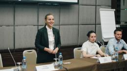 Олена Сотник (стоїть)